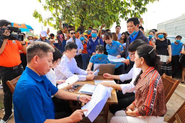 dai dien cac ben ki bien ban ban giao dat Chính thức bàn giao đất dự án Khu dân cư Hòa Lân cho Kim Oanh Group
